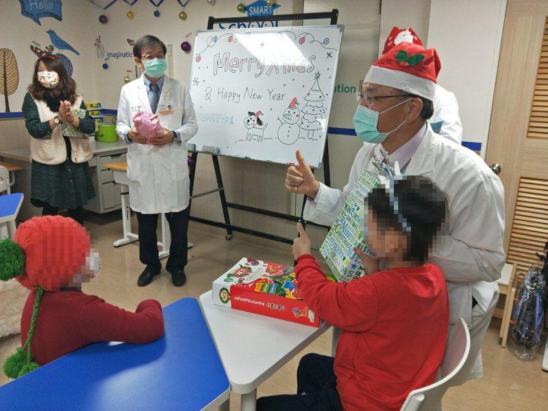 中國醫藥大學兒童醫院6B兒童癌症病房床邊教學班今天充滿溫馨又新奇耶誕氛圍。圖/中國醫藥大學兒童醫院提供