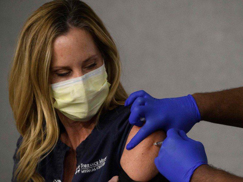 美國為前線醫護人員施打疫苗後,第二階段將為「不可或缺的前線工作人員」施打。圖為加州一名醫護人員19日接種輝瑞疫苗。法新社