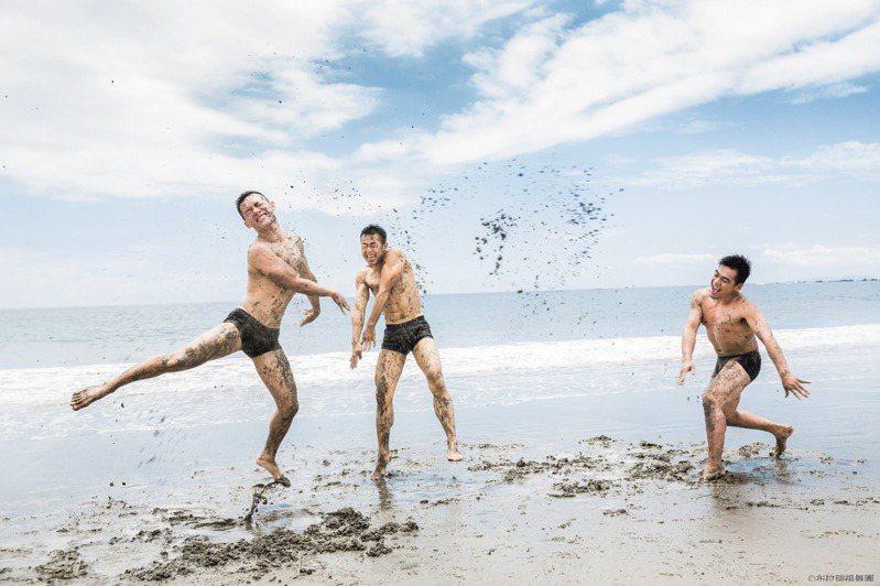 布拉瑞揚舞團常在海邊排練,圖為「沒有害怕太陽和下雨」排練照。圖/布拉瑞揚舞團提供