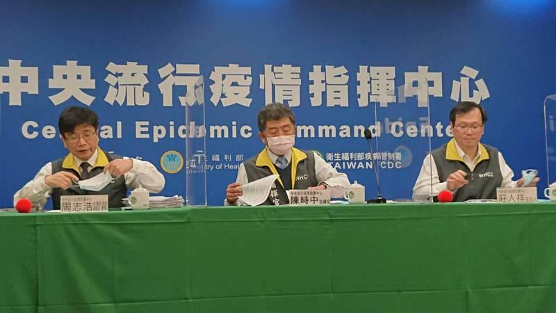 中央流行疫情指揮中心12月22日13:30記者會出席名單由左到右,疫情監測組組長周志浩、指揮官陳時中及發言人莊人祥。記者黃惠群/攝影