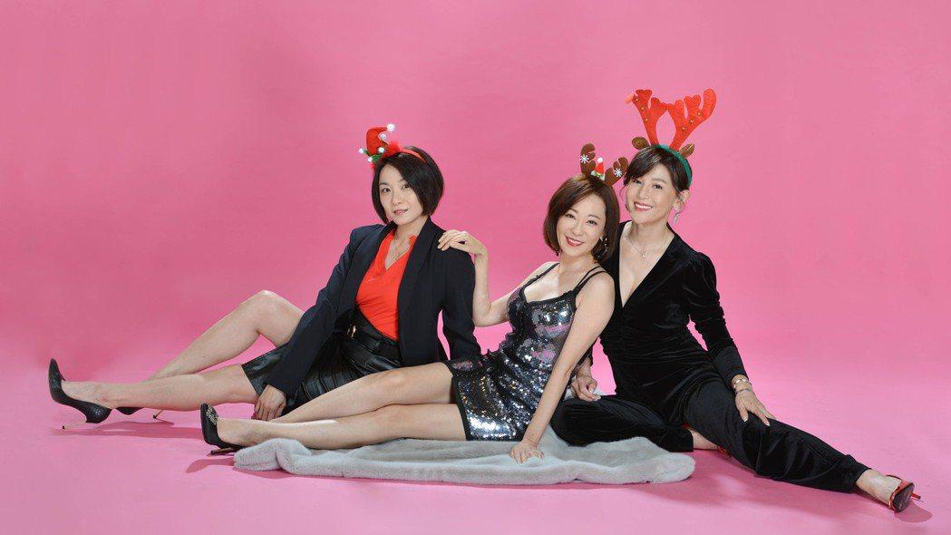 江祖平(左起)況明潔和鄭仲茵「天之驕女」三姝扮耶誕女郎。圖/三立提供