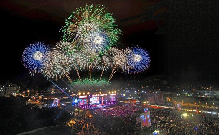 花蓮縣政府於31日晚間在東大門廣場舉辦太平洋觀光節,入場民眾須戴口罩、量體溫及留...
