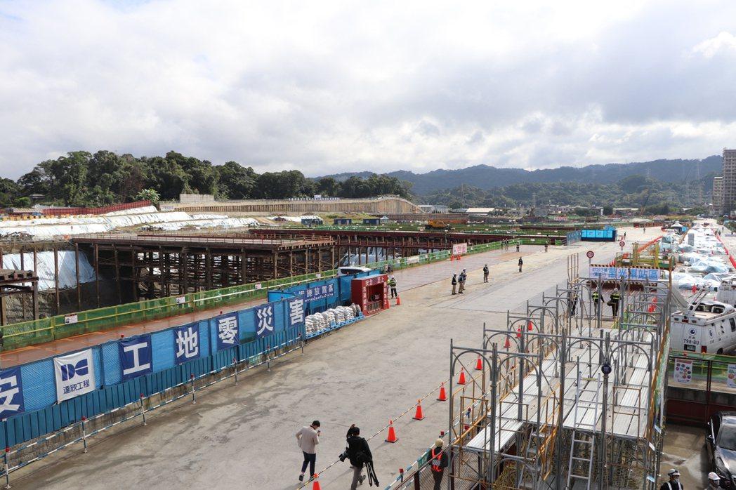 捷運萬大線共分二期施作,第一期工程進度已達51.34%,圖為金城機廠施工現況。記...