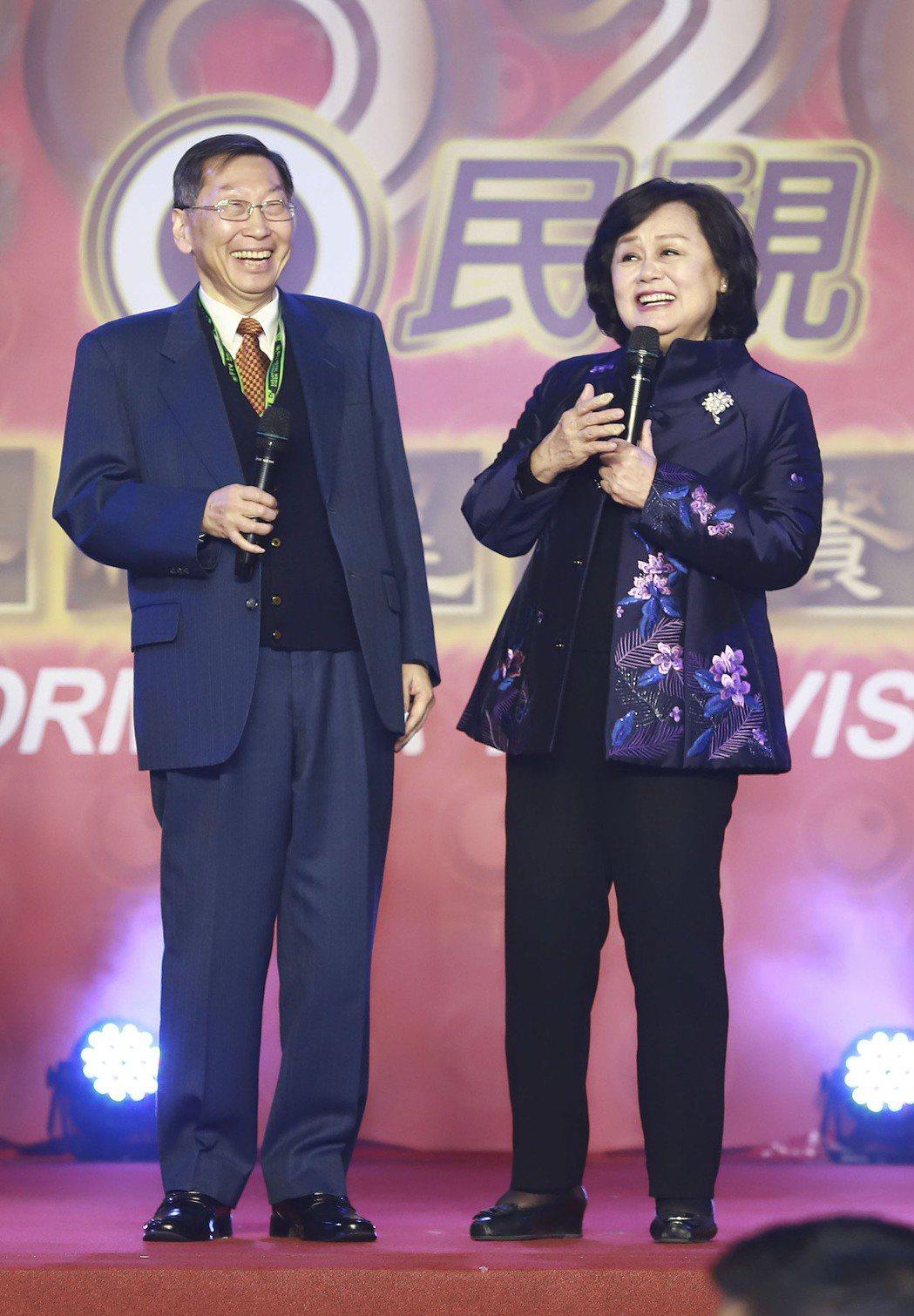 2020年民視尾牙,民視總經理廖季方(左)與董事長王明玉致詞。圖/民視提供