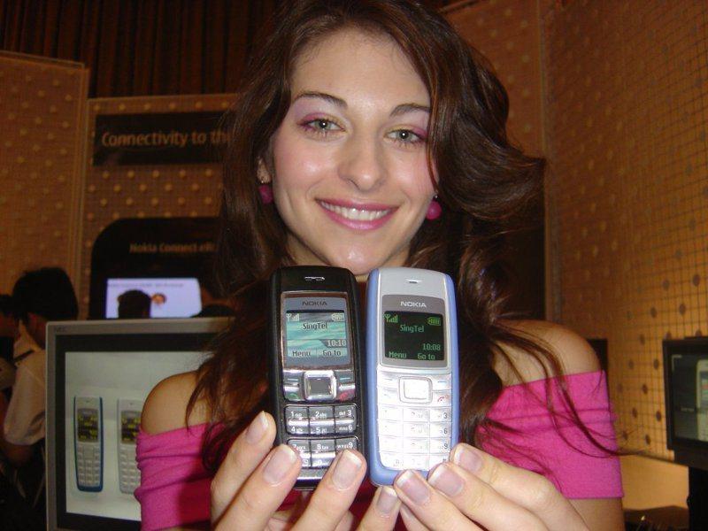 諾基亞1110(右)2005年推出,銷售2億5000萬支。圖/聯合報系資料照片