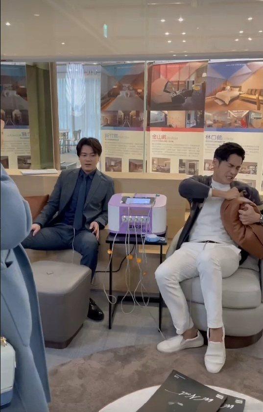 黃文星(左)、Gino為戲到月子中心,身上貼了貼片體驗分娩之痛。圖/民視提供