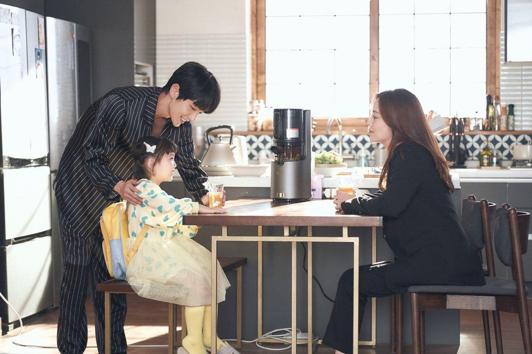 李準基(左)、文彩元再度合作,「惡之花」戲中直接升格當父母。圖/八大電視提供