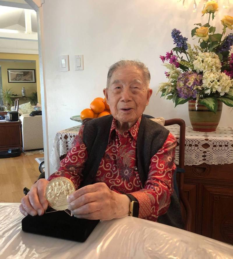69年前創立復興航空的航空史傳奇人物陳文寬秀出他的國會金質獎章。圖/王立楨提供