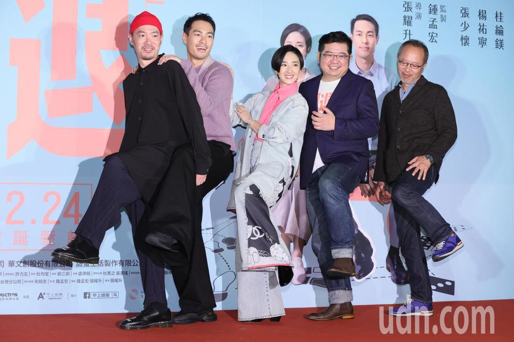 入圍本屆金馬獎四項大獎的黑色幽默電影「腿」晚間舉辦首映會,監製鍾孟宏(右起)、導...