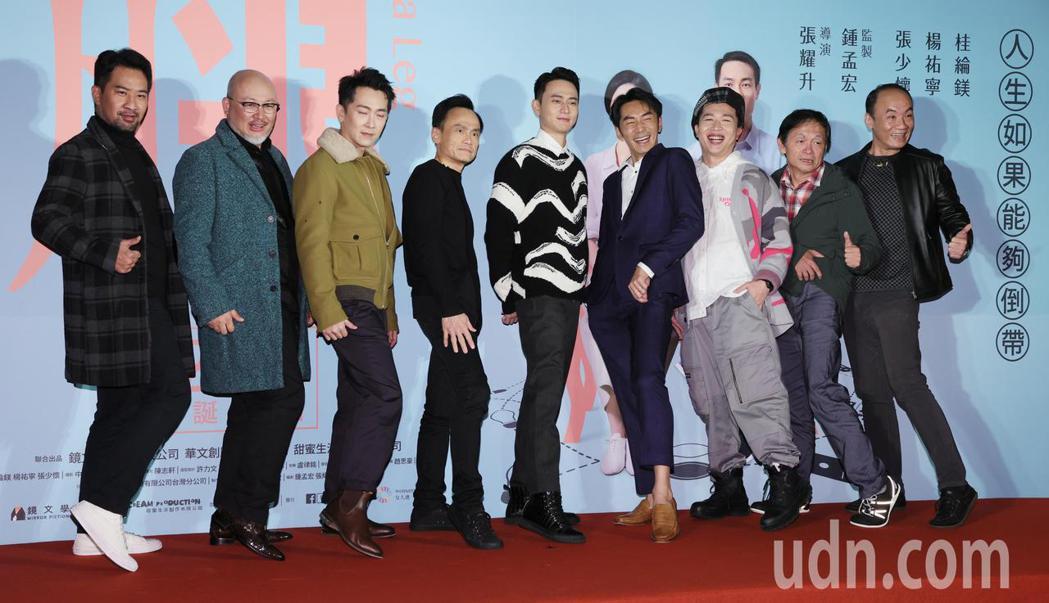 入圍本屆金馬獎四項大獎的黑色幽默電影「腿」晚間舉辦首映會,片中演員黃健偉(左起)...
