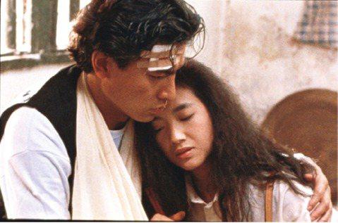 香港經典愛情電影「天若有情」是1990年上映的作品,電影上映30年後,將再度紀念上映,該片是90年代香港極具代表性的話題作品,讓劉德華更站穩在影壇的地位,讓女星吳倩蓮出道便一砲而紅,也是導演陳木勝首...