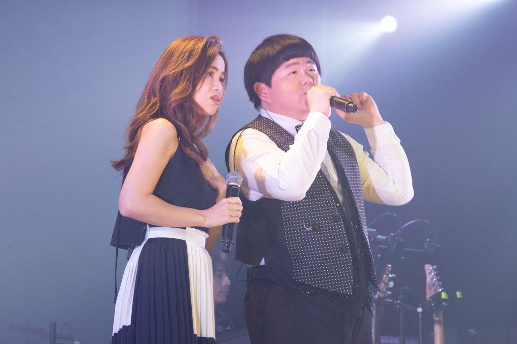 林育羣(右)今晚首度在台開個唱,與好友林芯儀首度同台演出。記者季相儒/攝影