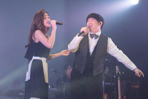 林育羣(小胖)出道10年,今晚起至24日於Legacy Taipei舉辦「羣星拾光」演唱會,3天票房超過300萬,他穿上招牌襯衫背心與閃亮領結,開場以「Amazing Grace」喚醒粉絲對他美聲的...