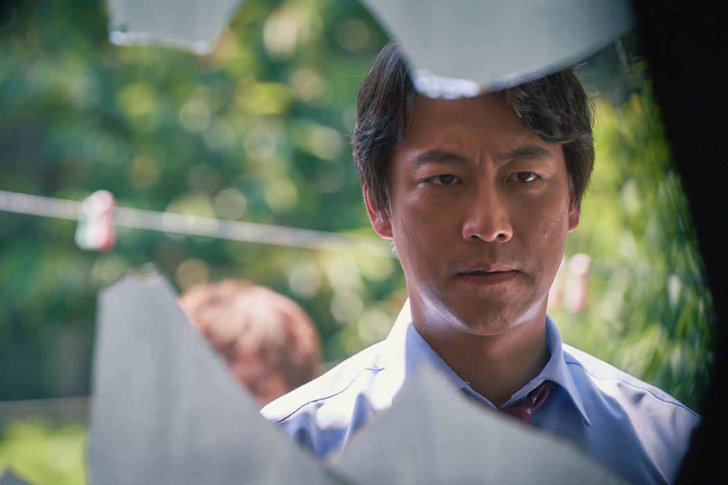吳萬石飾演正義檢察官都志翰,正義凜然形象深具觀眾緣。圖/中天娛樂台提供