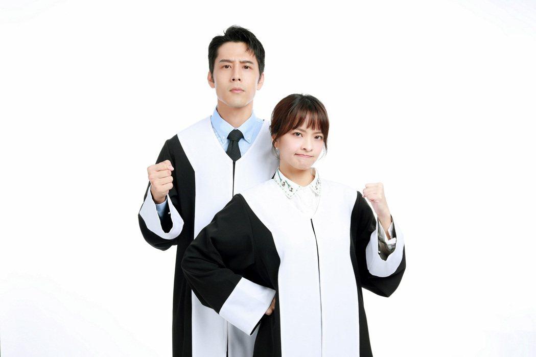 胡宇威(左)、葉星辰主演「王牌辯護人」,為拍攝貼圖重批律師袍。圖/東森提供