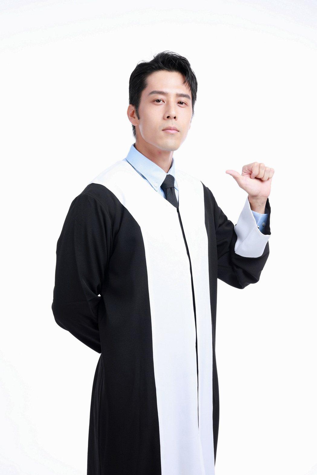 胡宇威為拍攝貼圖,再穿律師戲服直呼懷念。圖/東森提供