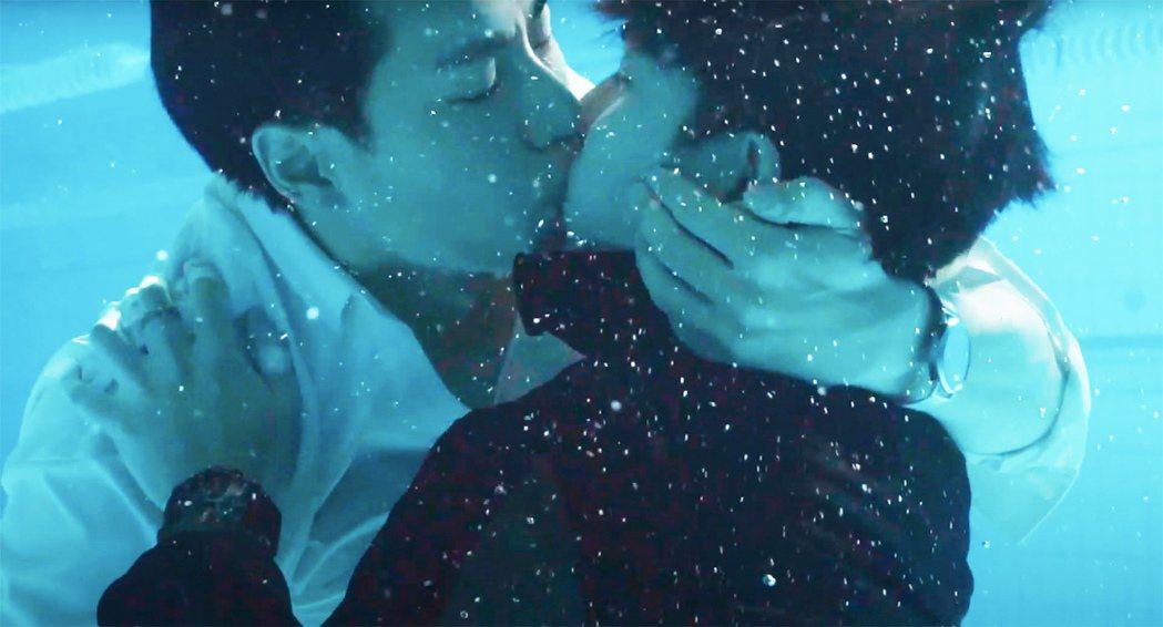 林子閎(左)與楊宇騰上演水中吻戲。圖/WeTV、結果娛樂提供