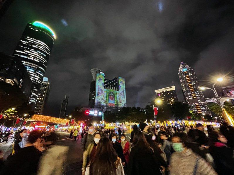新北歡樂耶誕城每日吸引大批人潮,新北觀旅局指出,即日起停止耶誕城內所有戶外集會型活動(含商品促銷在內)。記者王敏旭/攝影
