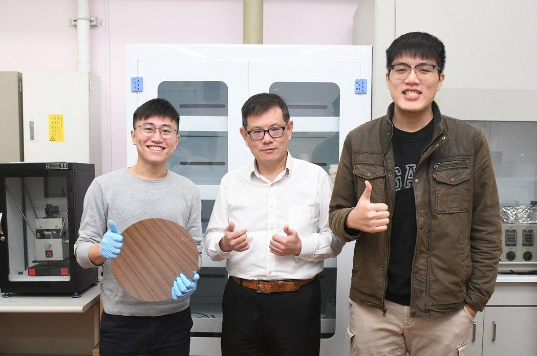 中央大學機械系教授李天錫(中)研究團隊對晶圓鍵合學理提出創新觀點,成果刊載於金屬...