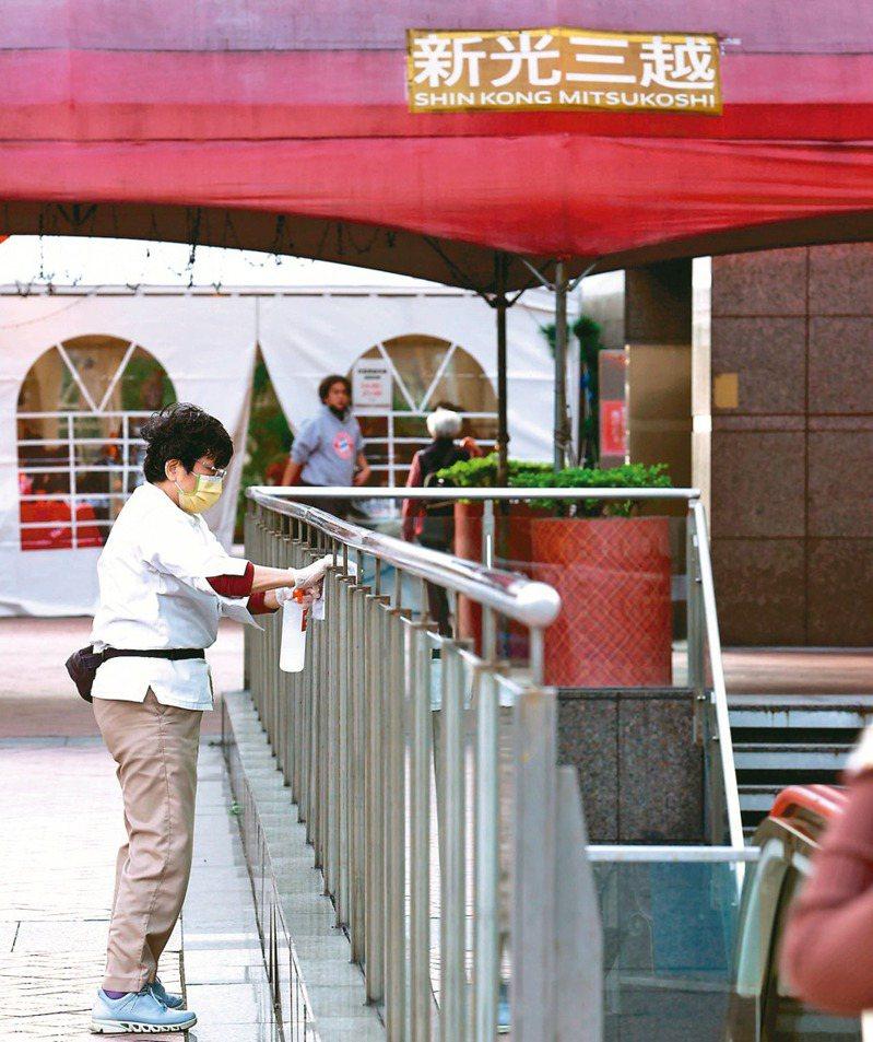 國內新增一例本土病例,確診者曾造訪北市天母兩家百貨公司,圖為百貨公司內外全面消毒。記者曾吉松/攝影