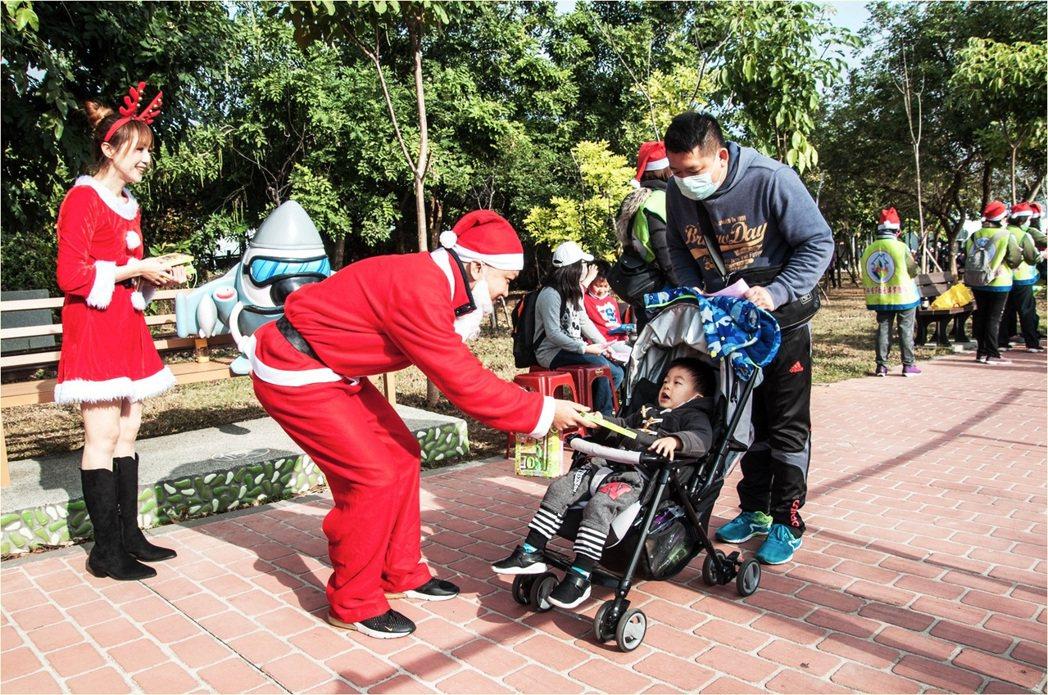 ▲在折返點還有聖誕老公公(總經理紀樹能),現場發送精美禮品給小朋友。