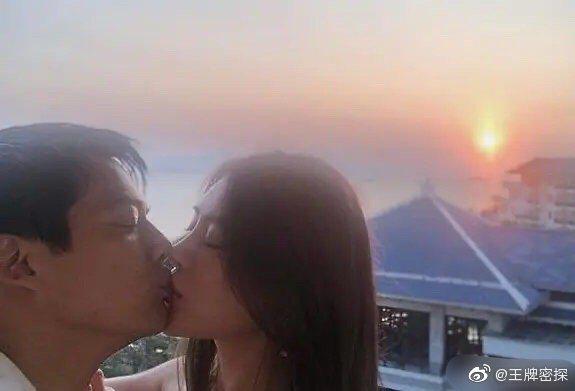 網路上流傳著高聖遠激吻正妹的照片,疑似大膽公開認愛。圖 / 擷自微博