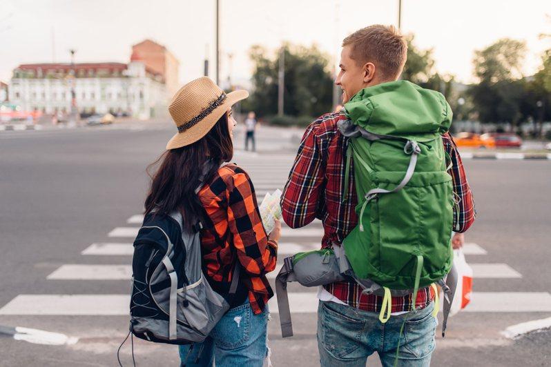 一名網友好奇,高中畢業旅行時原本要加導遊的IG,不料卻被對方拒絕,讓他相當疑惑「到底為什麼導遊不能跟遊客日後有聯繫?」,引起網友們熱烈討論。圖/ingimage