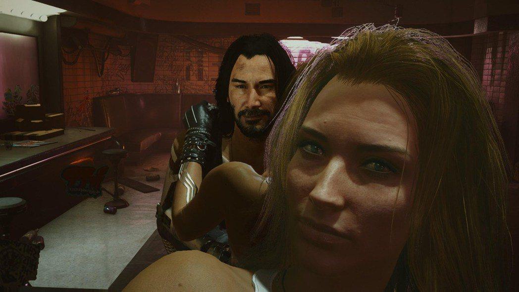 強尼跟女友親熱的場景,大概是遊戲內最火辣辣的福利了,連臉老是很臭的強尼都笑了~