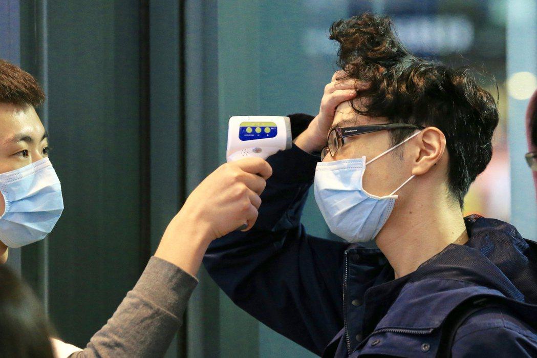 進入公共場合前,民眾務必配戴口罩、測量額溫。圖/聯合報系資料庫