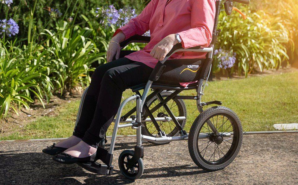 當經醫院診斷為「永久失能」時,會視失能程度是否達「終身無工作能力」,來決定請領「...