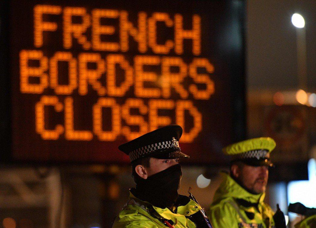「法國邊境關閉中。」多佛邊境從23日開始,貨車司機採檢後可放行入法國。 圖/法新...