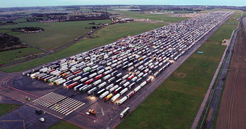 千輛滯英貨車被迫暫停在英國肯特郡的曼斯頓機場。 圖/法新社