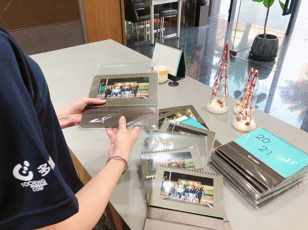 多城國際每年要送4、500份協力廠商專屬的桌曆,都由多城員工一個個黏好照片再裝封...