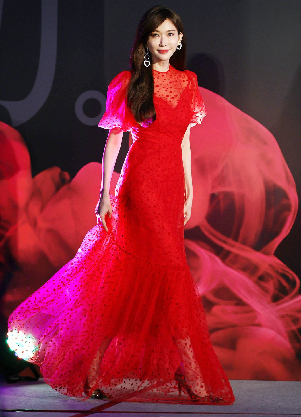 林志玲擔任空調品牌代言人,身穿一襲紅色禮服出席產品發表會,展現優雅女神氣勢。記者...