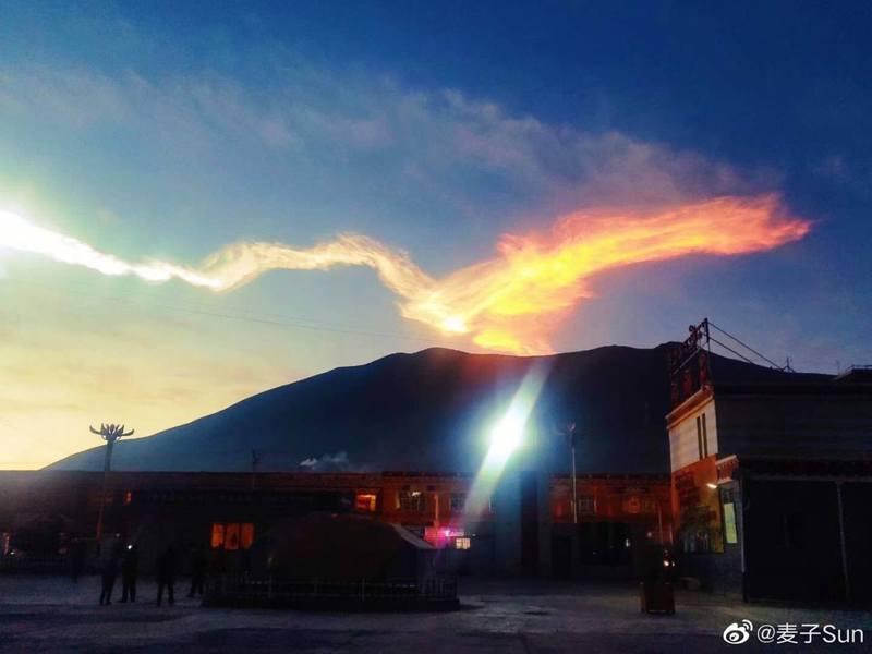 囊謙縣清晨疑似有火球墜落的痕跡。圖擷自微博