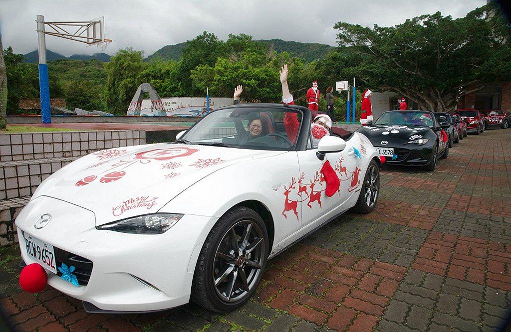 由台灣馬自達員工駕駛著Mazda載著全校師生一同開心出遊,為溫馨的耶誕節活動留下...