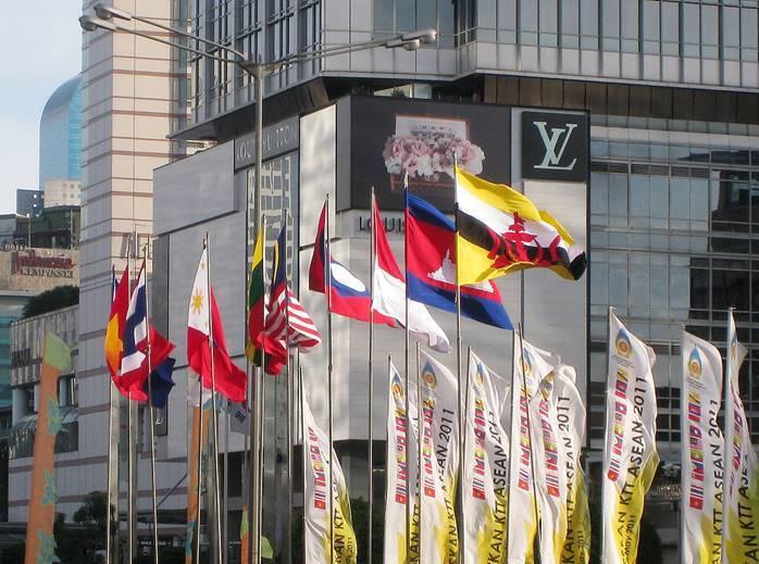(https://zh.wikipedia.org/wiki/%E4%B8%9C%E5%8D%97%E4%BA%9A%E5%9B%BD%E5%AE%B6%E8%81%94%E7%9B%9F#/media/File:ASEAN_Nations_Flags_in_Jakarta_3.jpg)