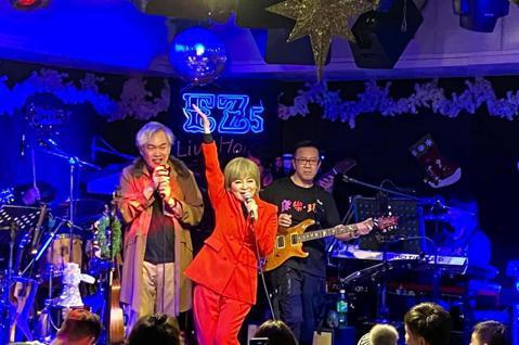 康康x 康康康樂隊20日於台北著名Pub EZ5舉行一場新歌分享會,聽聞親朋好友及粉絲把現場擠爆,原本預計舉行的簽名現場販售CD活動完全挪不出空間,只能邊唱歌邊賣,氣氛熱烈。新生代唱跳女歌手夏沐現場...