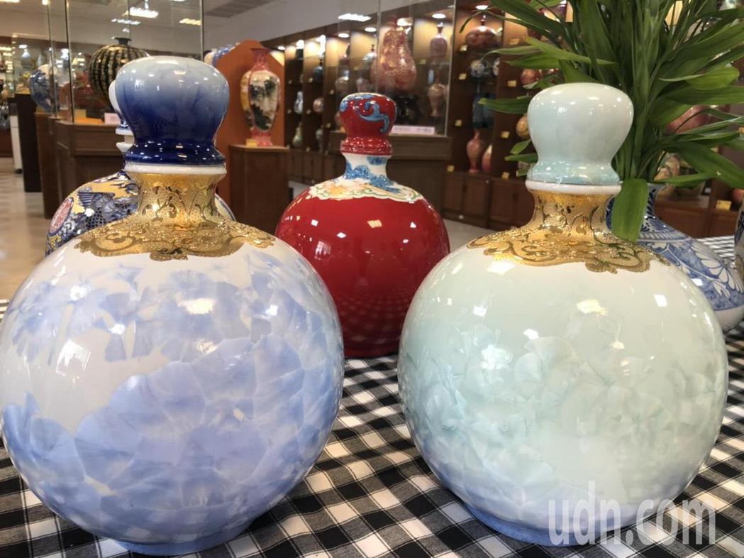 除了馬克杯外,金門縣陶瓷廠最近也開發彩金結晶釉的高端酒瓶,每個都是獨一無二,做工...