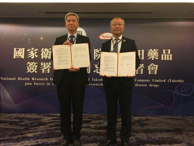 國衛院副院長司徒惠康(左)與台灣武田藥品董事長董事長暨總經理浅野元,共同簽署合作備忘錄。國衛院/提供