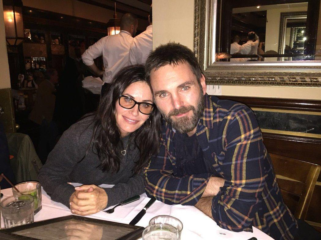 寇妮考克斯與丈夫強尼麥克戴。圖/摘自推特
