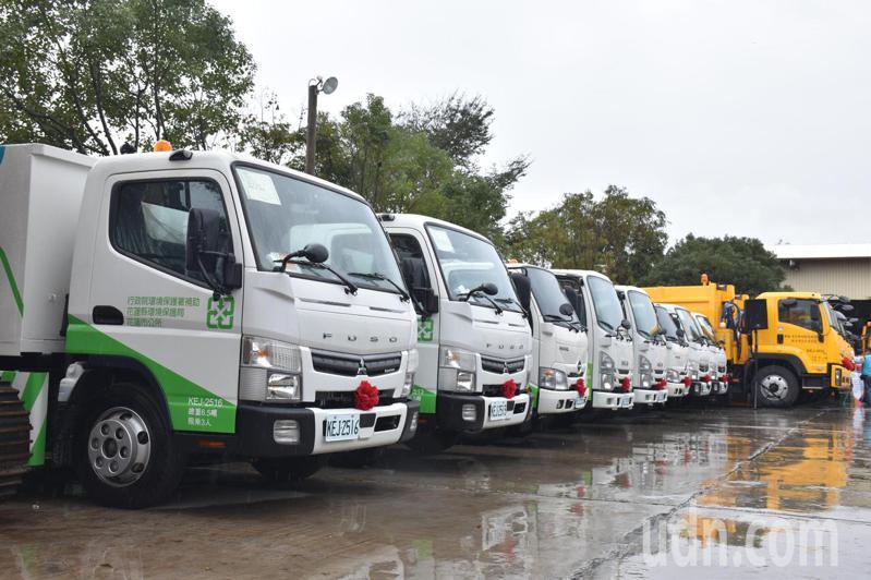 花蓮縣環保局向中央爭取上億元經費,購置40輛資源回收車及輪式裝載機等重型機具,是歷年來最多。記者王思慧/攝影