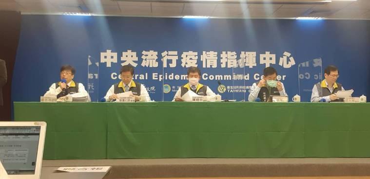 中央流行疫情指揮中心12月23日14:00記者會出席名單第1排由左到右,疫情監測...