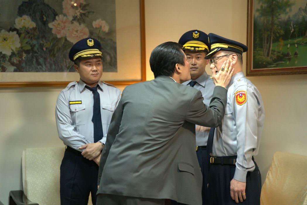 台北市議員阮昭雄(右)客串「國際橋牌社2」,竟挨呼巴掌。圖/國際橋牌社劇組提供