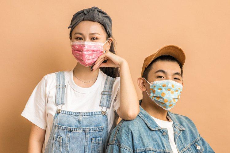 全家便利商店將於12月28日起限量開賣4款KAKAO FRIENDS口罩,限店販...