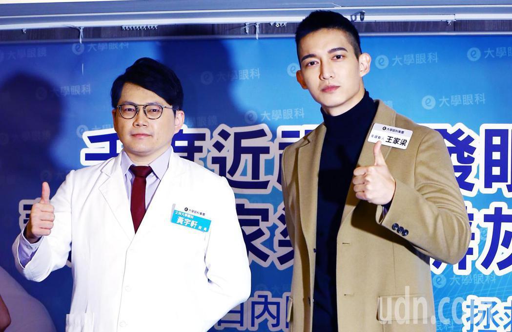 王家梁(右)與他的眼科主治醫師黃宇軒(左)。記者杜建重/攝影