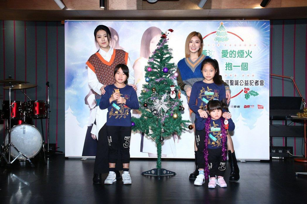 曹雅雯(後排左)、蔡黃汝(後排右)與弱勢孩童一同布置聖誕樹,呼籲大家勇於捐款做善...