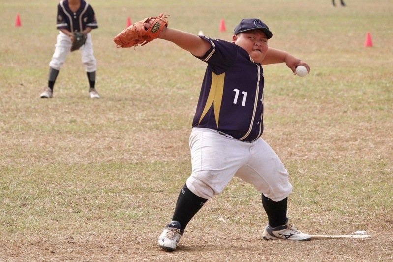 諸羅山盃少棒邀請賽低年級組,新竹縣中山國小「小歐提茲」張擎能蹲也能投。記者蘇志畬/攝影