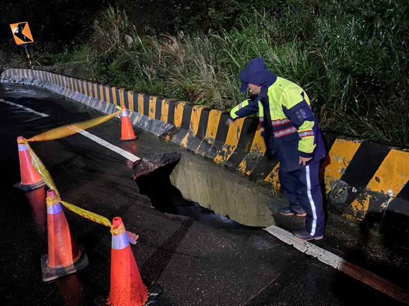 基隆市安中產業道路路基被淘空,路面昨天深夜陷落出現大洞,市府工務處今天填補仍未凝固,設警戒線防護。記者邱瑞杰/翻攝