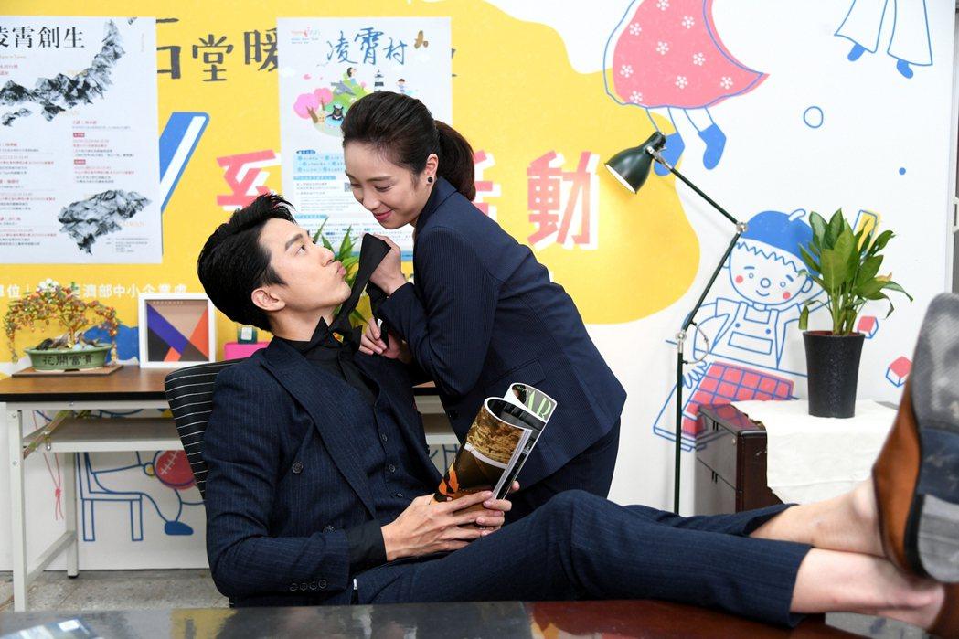 梁舒涵(右)和邱昊奇上演霸道總裁與俏秘書戲碼。圖/三立提供
